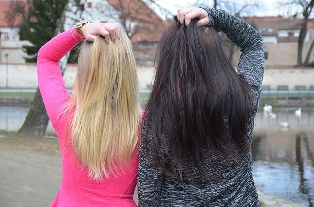 blondýna s brunetou