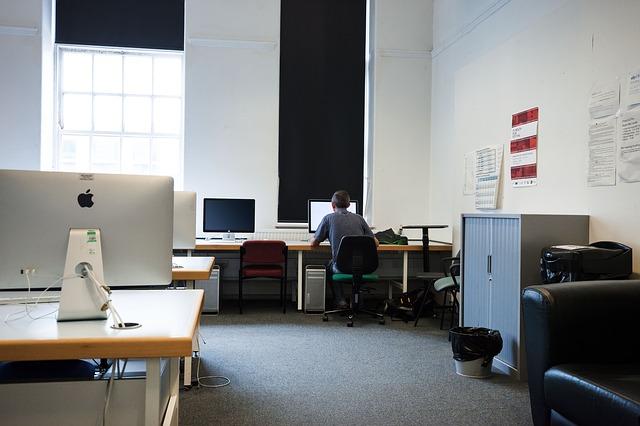 člověk, který pracuje na počítači v počítačové učebně